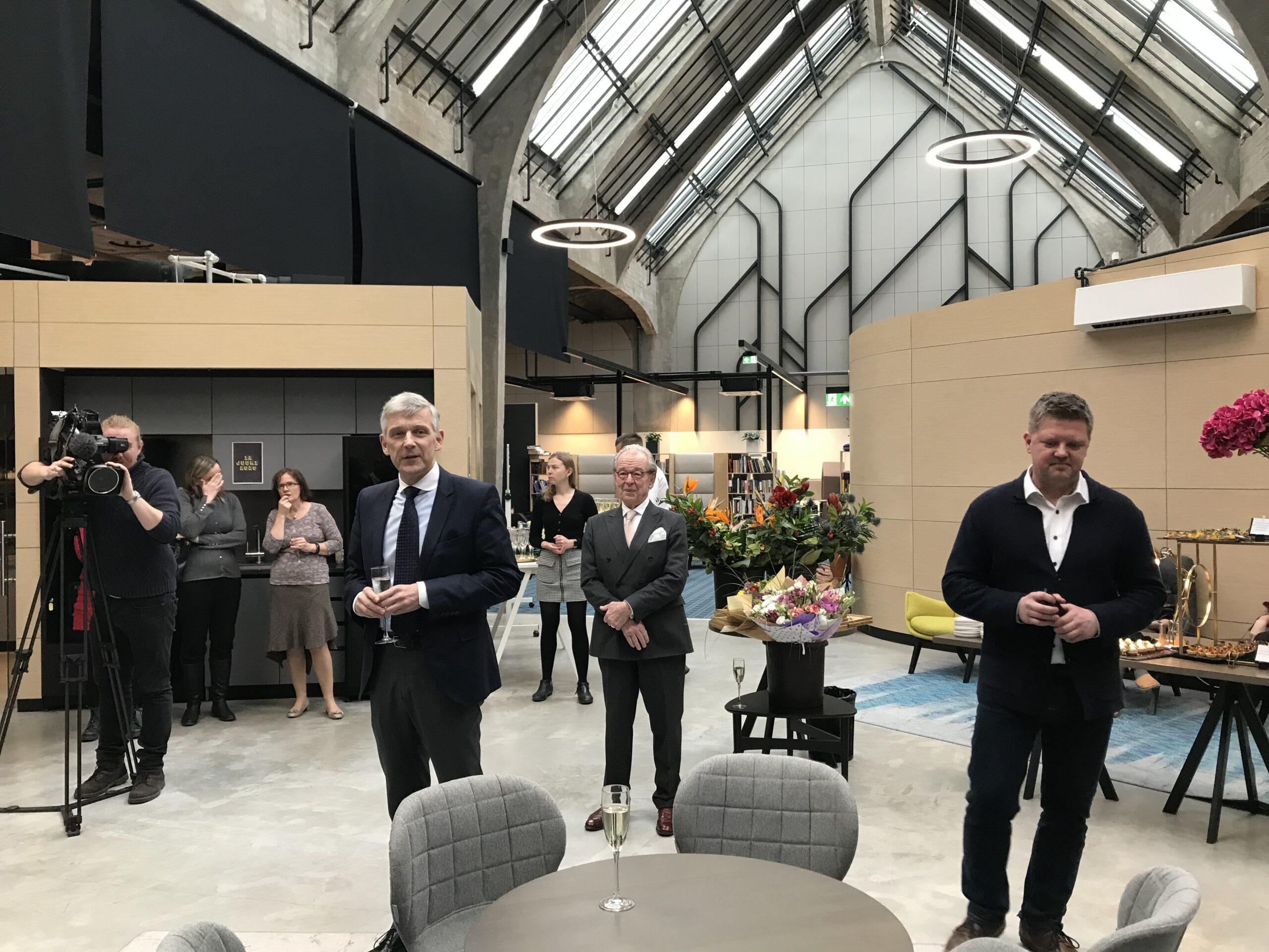 Rootsi suursaadik Mikael Eriksson, Bonnieri meediakontserni esindaja Hans Jacob Bonnier ja Äripäeva peatoimetaja Meelis Mandel.